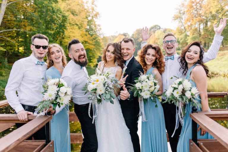 Photo de mariés avec témoins et demoiselles d'honneur